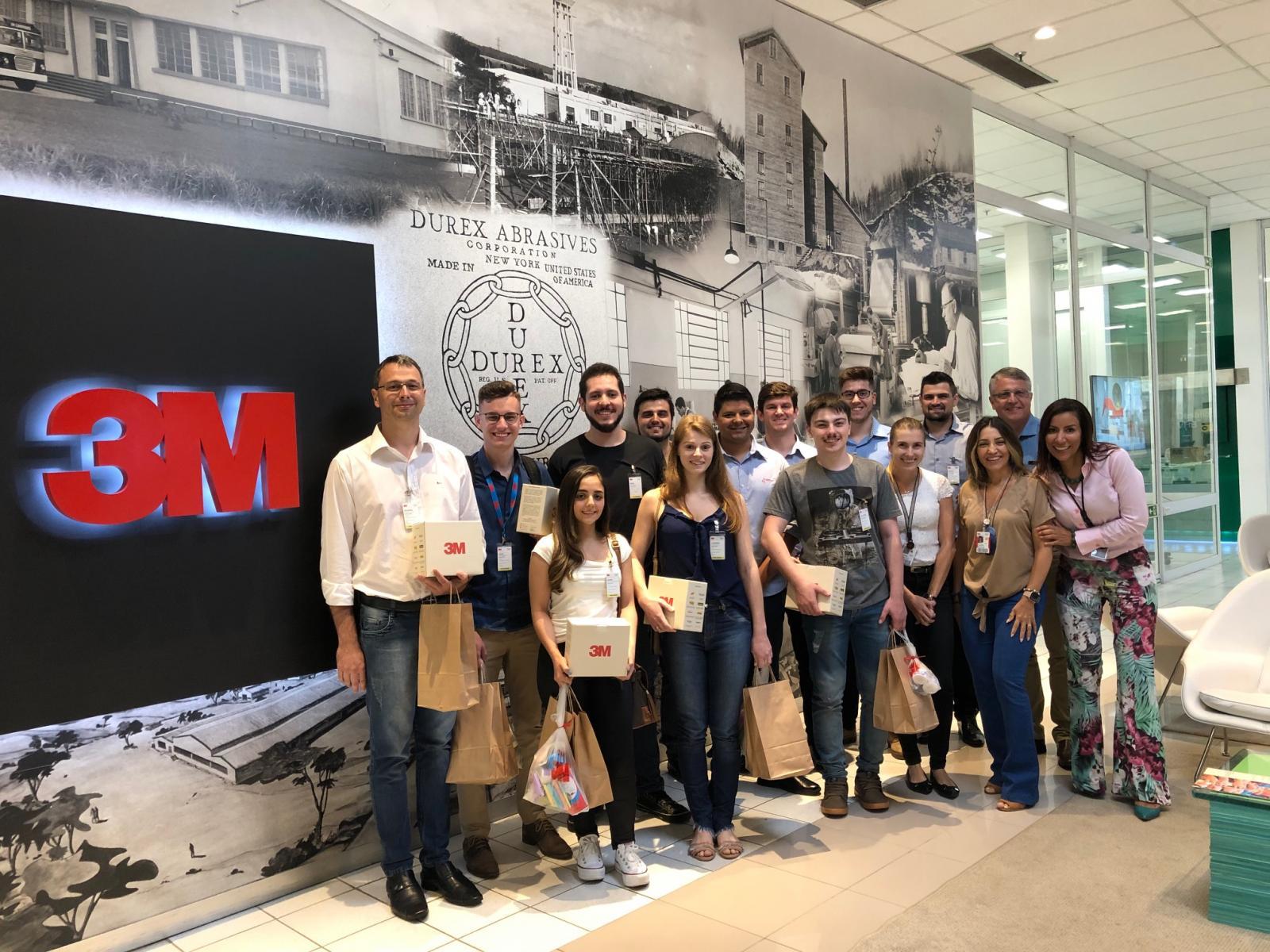 Vencedores do Desafio A Inovação que cola conhecem unidade da 3M em São Paulo